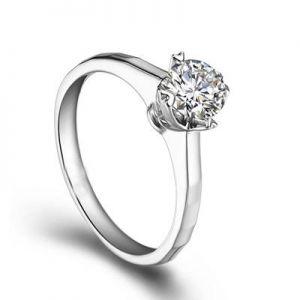Round cut engagement diamond ring