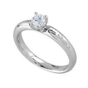 Elegant engagement ring with diamond
