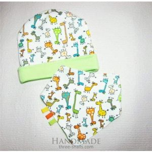 "Double sided lime baby hat and bib ""Giraffe"""