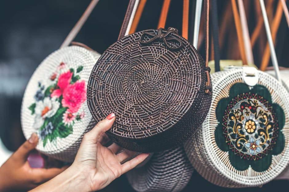 Уход за плетеной сумкой из ротанга – это просто или нет?