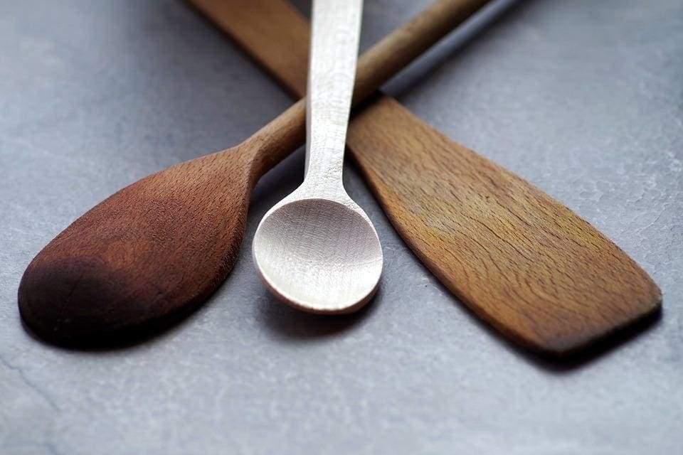 Как почистить кухонную посуду из дерева
