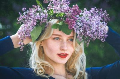 Ukrainian flower crown: symbolism of flowers and ribbons