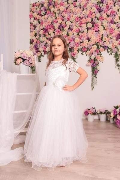 дівчина в білій сукні
