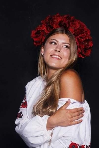 українка у квітковому віночку