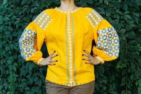 жовта жіноча рубашка з вишивкою