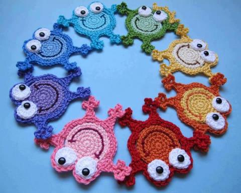 Knitted froggy trivets for hot cups