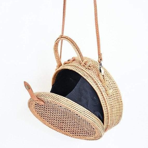 круглая сумка из ротанга с отверстиями