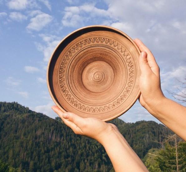 большая тарелка из глины