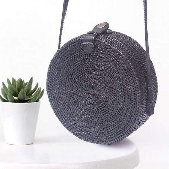 круглая черная плетеная сумка